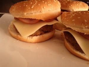 προσθέτουμε το τυρί και τη μπριζόλα