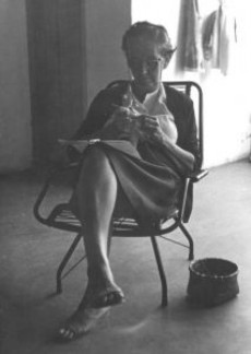 grandma-crocheting_2262101