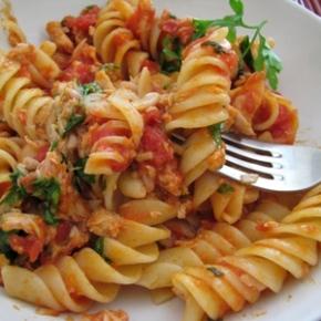 Ζυμαρικά με κόκκινη σάλτσατόνου