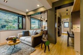 Ένα διαμέρισμα 40 ετών ανακαινίζεται και φέρνει το φως μέσατου