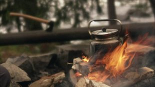 538274452-camping-kaffee-kochen-aktivitaet-feuer